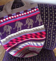 Crochetalong crochet bag sand and sea by Vanessa schoenstricken. Tapestry Bag, Tapestry Crochet, Modern Boho, Crochet Accessories, Crochet Patterns, Free, Blanket, Retro, Bags