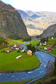 Vilarejo ao pé de montanhas na Noruega.