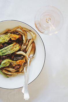 Pasta! Maccheroni Calabresi mit geschmorter Ochsenschulter und sanft confierten Zucchiniblüten. Dazu gibt es eine köstlich frische Rosé-Weinempfehlung