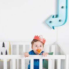 Het eerste levensjaar van je baby tel je nog in maanden. En met deze kartonnen kroontjes van Doiy kan je die 12 vermaanddagen feestelijk vastleggen op foto. Je kan elk kroontje op 5 verschillende maten vastmaken.  #birthday #crown #photoprops #musthave #ladekadootje