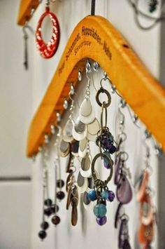 Clothes Hanger jewelry storage: Add a few eyelet screws to a wooden coat hanger and voila: instant jewelry organization. 30 Awesome DIY Projects that You've Never Heard of Jewellery Storage, Jewellery Display, Jewelry Organization, Diy Jewellery, Necklace Display, Necklace Holder, Necklace Storage, Jewelry Making, Hang Necklaces