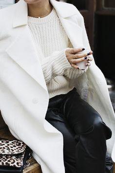 Suéter tricot + casaco branco + calça preta