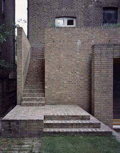 James Gorst Architects - Manly and uncompromising brick detailing. Steps plus a plinth for pontificating from or for children to fall off. Proof, were it needed, that the work of Luis Barragan does not transfer well to North London. Detail Architecture, Brick Architecture, Landscape Architecture, Interior Architecture, Interior And Exterior, Brick Paving, Brick Facade, Brick Wall, Brick Detail