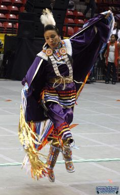 Annual Gathering of Nations 2011 Fancy Shawl Dancer Tanksi Clairmont Native American Dress, Native American Pictures, Native American Wisdom, Native American Regalia, Native American Beauty, Native American Beadwork, American Indian Art, Native American History, Indian Pow Wow