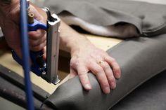 TEHDÄÄN HYVIN | HANDMADE QUALITY Työvaihe: Verhoilu | Upholstery Tuotantolinja: Sohvat | Production line: Sofas  #pohjanmaan #pohjanmaankaluste #käsintehty