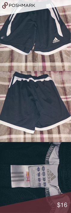 adidas Shorts bei PRELUV Secondhand Shop