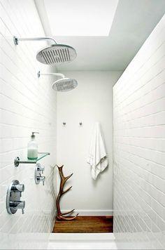 Baño con dos alcachofas en la zona de la ducha