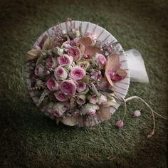 Ramo de novia con estructura de tela y cuerda, con rosas mini edén, phalaenopsis, verónica, etc, El Taller de Joan