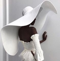 There were massive hats, a flurry of fringe, embroidery to the nines, sheer panels, and more unique looks for New York International Bridal Fashion Week. Photographie Portrait Inspiration, 2017 Bridal, Look Fashion, Fashion Design, Dress Fashion, Face Fashion, Fashion Pics, Fashion 2018, Fashion Fall