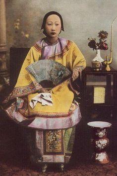 民族衣装bot @Minzokubot 32分32分前  日本でチャイナドレスとして知られている旗袍。元々は清王朝を興した満州人の衣服。清王朝は1912年、中華民国設立までの約270年間中国を支配した王朝。清王朝時代の旗袍は全体にゆったりとした平面的なデザインであった。