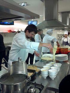 Chef Dudu Sperandio prepara uma pasta com tartufo.