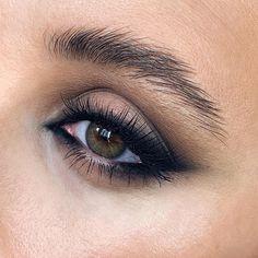 smokey eye makeup looks for green eyes, black smokey eyeliner with neutral eyeshadow ideas for green eyes, halo lower lash line eyeliner Orange Makeup, Red Lip Makeup, Glossy Makeup, Eyeshadow Makeup, Glam Makeup, Black Eye Makeup, Eyeshadow Ideas, Skull Makeup, Makeup Box