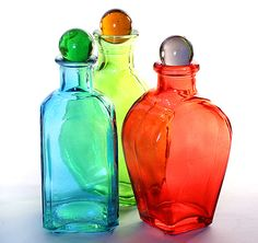Colored Glass Decanters, is going to share this. Colored Glass Bottles, Bottles And Jars, Glass Jars, Perfume Bottles, Coloured Glass, Glass Containers, Vase Transparent, Murano, Vintage Bottles