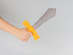 Nastja von DIY Eule zeigt Dir in dieser Schritt-für-Schritt Anleitung, wie Du ein tolles Ritterschwert nähen kannst. Das Ganze ist super schnell aus Filzstoffen hergestellt. Das perfekte Accessoire für ein Ritterkostüm oder auch einfach nur so zum Spielen.