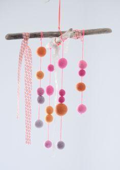 Dou & Little Poux - Joli mobile à offrir composé de deux branches de bois flotté, tissu et boules de laine et dentelle.19 boules de laine feutrée de diamètres différents (entre 1 cm et 2 cm) couleurs de nuances de rose, orange et violet.Ce mobile sera parfait dans une chambre !