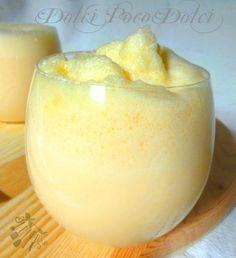 2 minuti per una bevanda golosissima e super cremosa, ottima gustata fredda per rinfrescare le calde giornate estive! Un frullato di frutta e panna per coccolarci un po !!!!! http://blog.giallozafferano.it/dolcipocodolci/frullato-di-melone-ricetta-estiva/