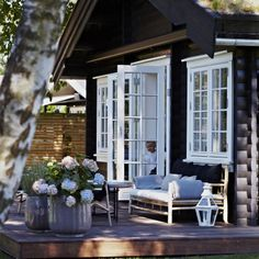 French doors to raised deck - Norwegian cottage Cozy Cottage, Cottage Style, Garden Cottage, Cottage Porch, House Porch, Lake Cottage, Cottage Living, Design Exterior, Black Exterior