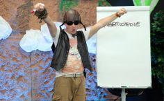 Optymizm, Entuzjazm oraz Pasja, są po prostu niezbędne .  Art Of Dreaming #LIVE Prowadzi: Michał Wawrzyniak Fot.: Maciek Szustak  Stylizacja: Kasia Wawrzyniak Kamizelka, chusta i kask: tajne zbiory  Tshirt: Jack and Jones Branzoletka: H&M Spodnie: H&M