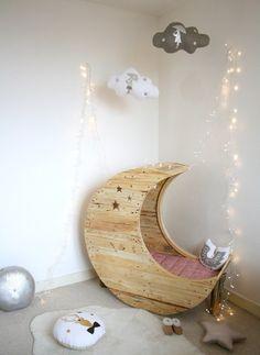 meuble palette même pour votre bébé - lit en forme de demi-lune
