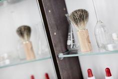 Alla Vores badrumsskåp har glashyllor för smart och enkel översikt och rengöring.