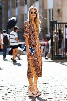 Светлые босоножки на танкетке и платье со змеиным принтом #platforms