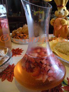 O Barriguinhas: Sangria de Champanhe com Frutos Silvestres Hurricane Glass, Drinks, Tableware, Recipes, Food, Champagne Sangria, Non Alcoholic, Tailgate Desserts, Juices