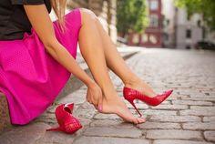 High Heels sind toll, solange schmerzende Füße kein Problem darstellen. Wir haben Tipps für dich, auch in Mörder-Stilettos gut durch die Nacht zu kommen.
