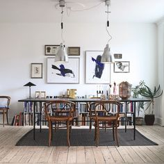 Se, hvordan designeren Christina Halskov gør sit sort-hvide univers personligt med klassiske designikoner og kuriøse rejsefund