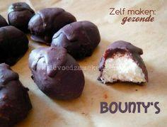 Bounty`s // Benodigdheden: - Kokos , geraspt - Honing - Kokosolie extra virgin - Chocolade Desert Recipes, Raw Food Recipes, Sweet Recipes, Snack Recipes, Healthy Sweets, Healthy Baking, Healthy Food, Enjoy Your Meal, Happy Foods