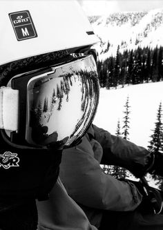 The beautiful blue behind the lens, are deep and endless where I get lost in them #snowboarding #goggles #skilift