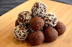 Energy Balls, an ultra healthy snack to replenish energy: nuts + dates + cocoa powder rnrnSource by Healthy Recepies, Super Healthy Recipes, Raw Food Recipes, Vegan Appetizers, Keto Snacks, Healthy Snacks, Dessert Healthy, Healthy Protein, Protein Energy