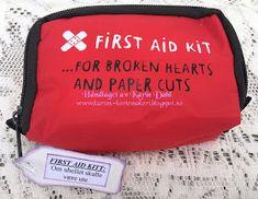 Karins-kortemakeri: Førstehjelp til konfirmanten First Aid Kit, Blogger Tips, Smash Book, Paper Cutting, Diy And Crafts, Lunch Box, Lag, Creative, November