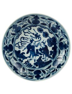 Blue and white plate, China, Ming dynasty, Wanli six-character mark and of the period (1573-1619). Estimate: € 3500-4500. Photo Hampel  The inside of the plate decorated with two figures in the storm, shown in bright cobalt blue. Externally double gourd vases and floral decor. On the bottom Wanli six-character mark in a double circle.  Hampel. Asian Art. Thursday, September 22, 2016 Posté par Alain Truong à 23:32 - Chine, Blue & White Porcelains - Commentaires [0] - Permalien [#] Tags : blue…