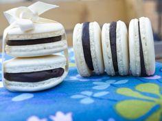 Sunt cele mai căutate dulciuri din cofetăriile franțuzești. Macarons cu ciocolata au o rețetă care care multă răbdare și un strop de pricepere. Mai, Dishes, Cookies, Desserts, How To Make, Crack Crackers, Tailgate Desserts, Deserts, Tablewares
