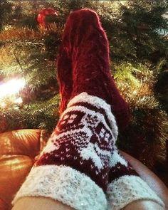 Neulojat loihtivat nyt upeita mökkisukkia! Katso kuvat versioista ja poimi ideoita | Kodin Kuvalehti Slipper Socks, Slippers, Knitting Socks, Ugg Boots, Uggs, Diagram, Baby, Fashion, Knit Socks