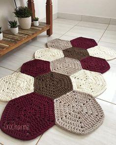 Diy Crafts - This week I missed this rug that I simply .- Essa semana bateu uma saudade desse tapete que eu simplesmente amei fazer! Crochet Doily Rug, Crochet Rug Patterns, Crochet Carpet, Crochet Home, Diy Crochet, Crochet Designs, Crochet Flowers, Knit Rug, Crochet Decoration