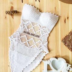 Moda praia em crochê by Katina and Love Crochet Monokini, Crochet Bikini Pattern, Crochet Crop Top, Crochet Patterns, Beach Crochet, Crochet Summer Tops, Free Crochet, Parte Superior Del Bikini, Crochet Lingerie