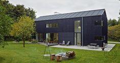 Sort lade i skoven som familiebolig Residential Architecture, Interior Architecture, Interior Design, Modern Barn House, Exterior Front Doors, Aalborg, Shed Homes, Facade Design, Facade House