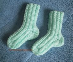 Petits doigts: Chaussettes naissance à 2 aiguilles Loom Knitting Projects, Baby Knitting Patterns, Knitting Stitches, La Pointe, Bed Socks, Knit Shoes, Free Pattern, Couture, Pin Terest