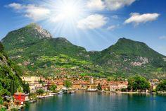 Het #Gardameer is niet alleen het grootste, maar ook het schoonste meer van #Italie. Vanuit hier zijn de wereldsteden #Milaan, #Verona en #Venetie makkelijk te bereiken en ook zeker een bezoek waard. #reizen #travelbird