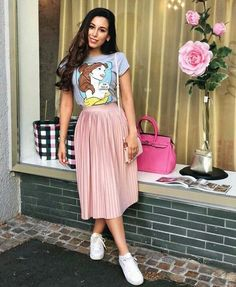 Casual skirt outfits - Lady with a nice tshirt Pink Skirt Outfits, Pink Pleated Skirt, Spring Outfits, Pleated Skirt Outfit Casual, Casual Skirts, Long Skirt Outfits For Summer, Long Pink Skirt, Modest Casual Outfits, Casual Dressy