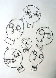 Wire Sculptures/Sugar Skulls Original Post: These would make a great garland if they were stung together with some twine and ribbon. Maybe purple or orange lights too! Wire Drawing, Do It Yourself Inspiration, Wire Crafts, Skull And Bones, Beads And Wire, Wire Art, Art Plastique, Skull Art, Elementary Art