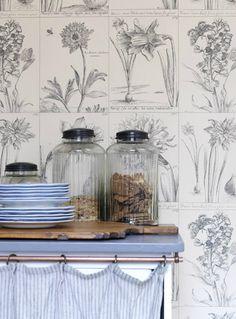 Sometimes there's nothing else like good old fashioned botanical wallpaper. #botanical #decor
