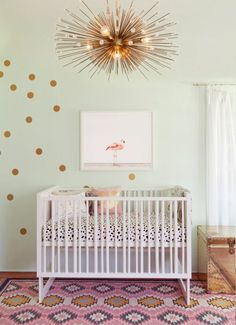 Kinderzimmer Einrichten Goldene Lampe Babybett Bunter Teppich Rosa Lila Gelb  Wanddekoration Wandbild Kissen
