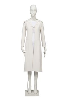 AN IVORY SILK CREPE OPEN FRONTED EVENING COAT