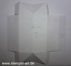 möchte ich Dir heute zeigen :-) … Zunächst benötigst Du ein Stück Farbkarton im Maß 21 x 21 cm. Dieses falzt Du dann bei Seite: 4,5 / 9 / 13,5 / 18 cm Seite: beidseitig bei 4,5 cm Hier siehst…