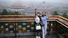 Zwei Frauen machen ein Selfie vor der Verbotenen Stadt in Peking
