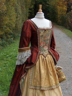 Sublimely beautiful Georgian period (reproduction) costume. #vintage #antique #Georgian #1700s #18th_century #clothes #fashion