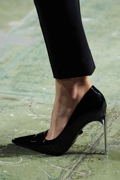 Versace Spring 2020 Ready-to-Wear Fashion Show - Vogue Edgy Shoes, Fancy Shoes, Versace, Fashion 2020, Daily Fashion, Milan Fashion, Street Fashion, Vogue Paris, Fashion Shoes