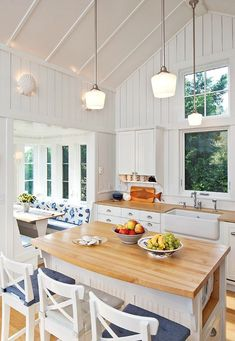 White coastal cottage kitchen | beach decorating idea